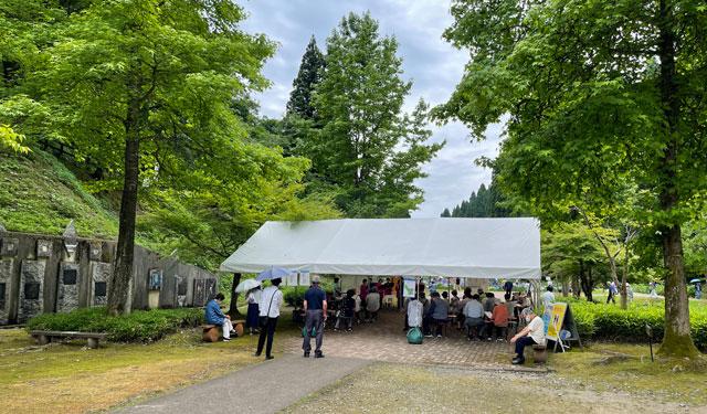 富山県砺波市の「頼成の森 花しょうぶ祭り」のイベントブース