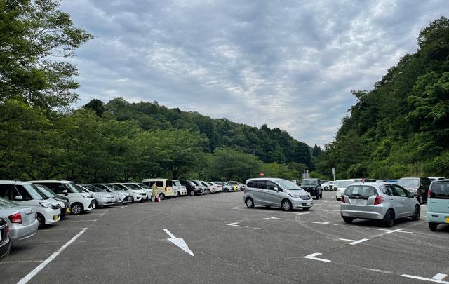 富山県砺波市の「頼成の森 花しょうぶ祭り」の駐車場