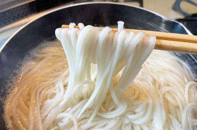 富山県氷見の特産品「氷見うどん」の茹でた麺