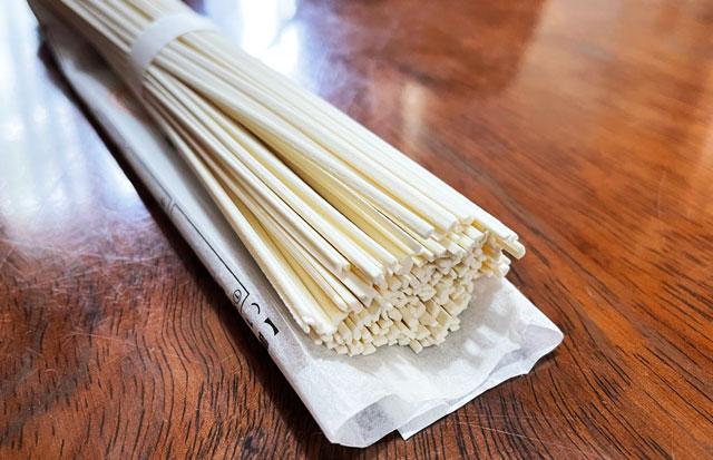 富山県氷見の特産品「氷見うどん」の麺のアップ