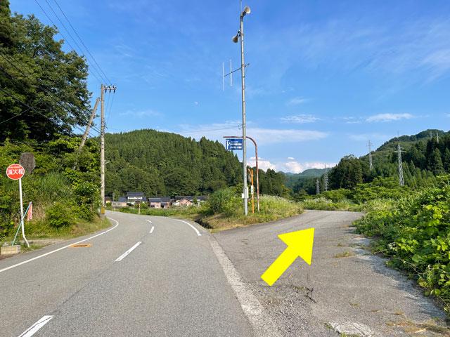 富山県上市町の上市川沿岸円筒分水場円筒分水槽(かみいちがわえんがんえんとうぶんすいじょうえんとうぶんすいそう)への分かれ道