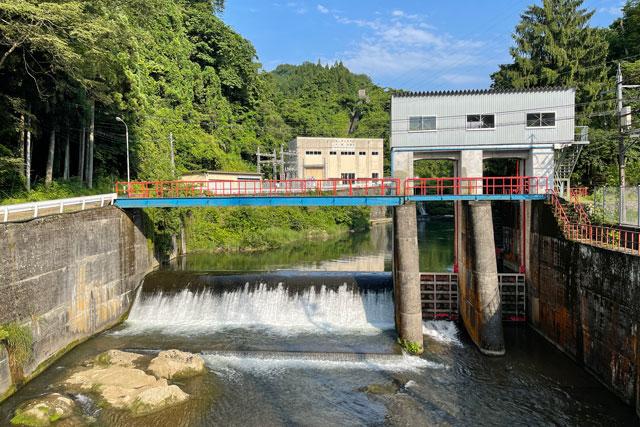 富山県上市町の上市川沿岸円筒分水場円筒分水槽(かみいちがわえんがんえんとうぶんすいじょうえんとうぶんすいそう)途中のダム