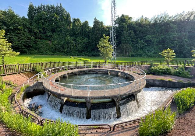 富山県上市町の上市川沿岸円筒分水場円筒分水槽(かみいちがわえんがんえんとうぶんすいじょうえんとうぶんすいそう)の実際の様子
