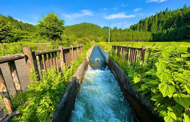 富山県上市町の上市川沿岸円筒分水場円筒分水槽(かみいちがわえんがんえんとうぶんすいじょうえんとうぶんすいそう)の用水路