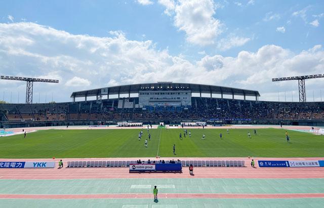 カターレ富山のホームスタジアム「富山県総合運動公園 陸上競技場」のバックA自由席上段真ん中からの見え方