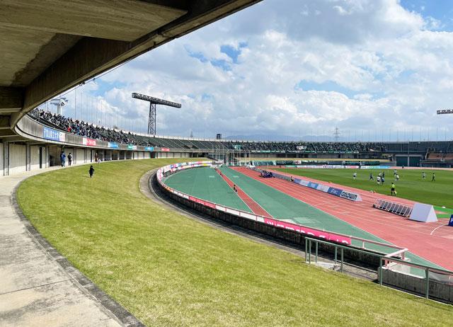 カターレ富山のホームスタジアム「富山県総合運動公園 陸上競技場」のバックA自由席下側の広い芝生