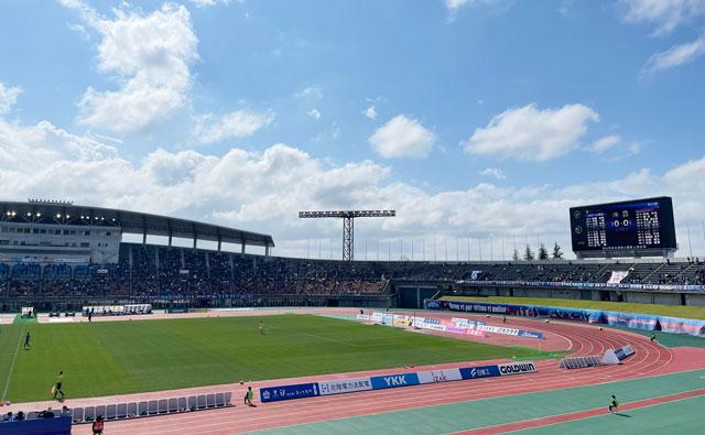 カターレ富山のホームスタジアム「富山県総合運動公園 陸上競技場」のバックA自由席上側からのスクリーンの見え方