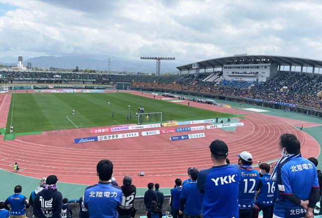 カターレ富山のホームスタジアム「富山県総合運動公園 陸上競技場」ゴール裏自由席上側の応援団