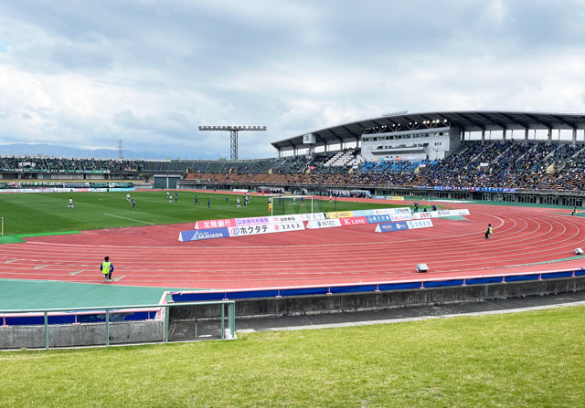 カターレ富山のホームスタジアム「富山県総合運動公園 陸上競技場」ゴール裏自由席下側芝生からの見え方