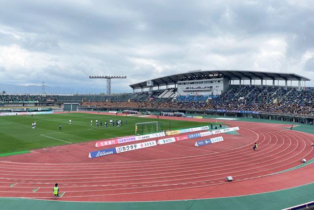 カターレ富山のホームスタジアム「富山県総合運動公園 陸上競技場」ゴール裏自由席上側からの見え方
