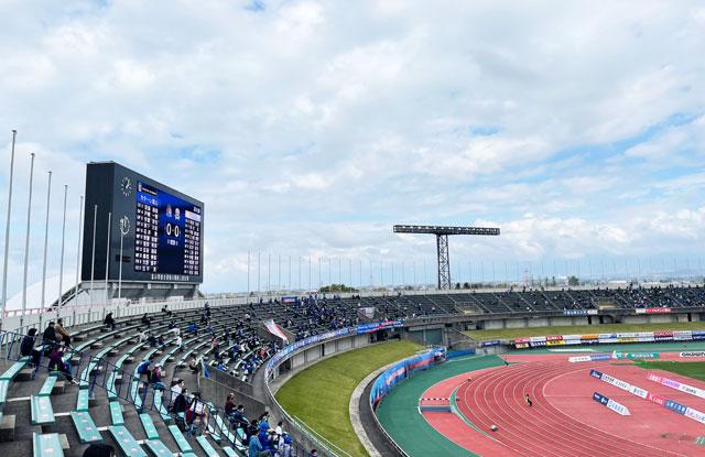 カターレ富山のホームスタジアム「富山県総合運動公園 陸上競技場」のメインA自由席上側からのスクリーンの見え方(ホーム側)