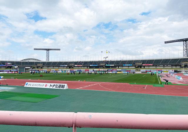 カターレ富山のホームスタジアム「富山県総合運動公園 陸上競技場」のメインS自由席下側からの見え方(アウェイ側)