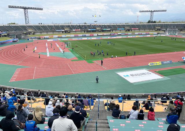 カターレ富山のホームスタジアム「富山県総合運動公園 陸上競技場」のメインS自由席とメインA自由席の境界線