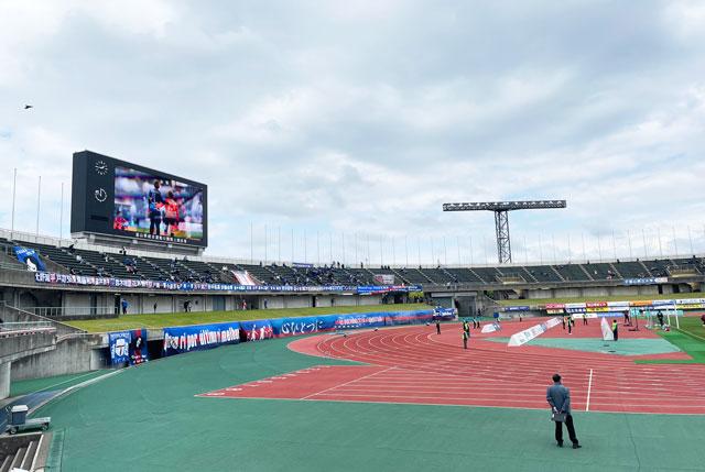 カターレ富山のホームスタジアム「富山県総合運動公園 陸上競技場」のメインS自由席下側からのスクリーンの見え方(ホーム側)