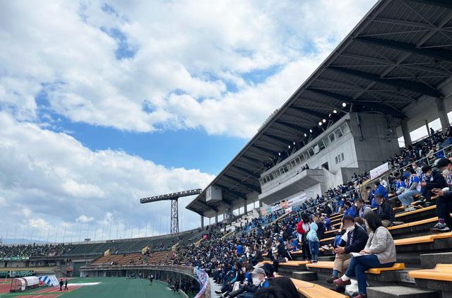 カターレ富山のホームスタジアム「富山県総合運動公園 陸上競技場」のメインS自由席下側からのスタンド