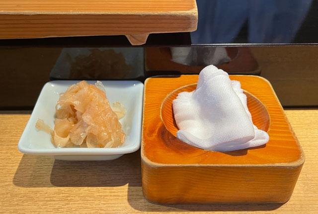 富山市のミシュラン一つ星の寿司屋「鮨人(すしじん)」のガリとお手拭き