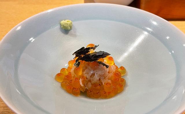 富山市のミシュラン一つ星の寿司屋「鮨人(すしじん)」のカニとイクラのばら寿司