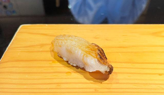 富山市のミシュラン一つ星の寿司屋「鮨人(すしじん)」のオコゼ(夏ふぐ)
