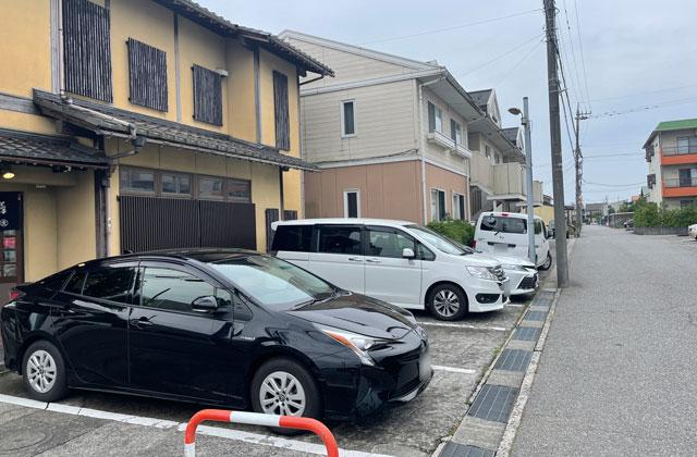 富山市のミシュラン一つ星の寿司屋「鮨人(すしじん)」の店舗横の駐車場