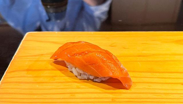 富山市のミシュラン一つ星の寿司屋「鮨人(すしじん)」のサクラマス