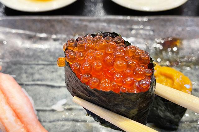 富山県氷見市の回転寿司「氷見すしのや」の寿司ネタ「いくら」
