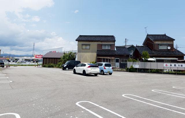 富山県氷見市の回転寿司「氷見すしのや」の駐車場の裏側