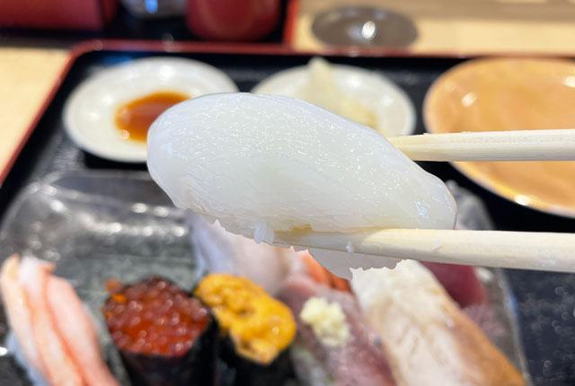 富山県氷見市の回転寿司「氷見すしのや」の寿司ネタ「イカ」