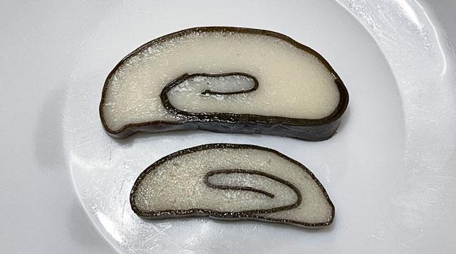 梅かまの蒲鉾つるぎと特製の「昆布巻」「赤巻」比較2