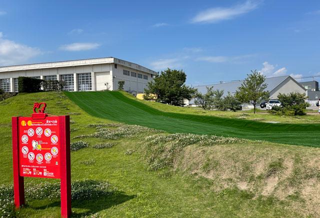 富山県射水市「グリーンパーク大門」の芝生滑り台