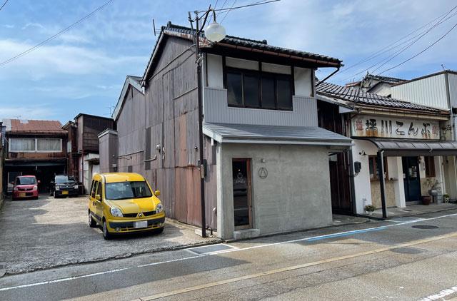 滑川市のお洒落カフェ「hammock cafe Amaca」の店の横の駐車場