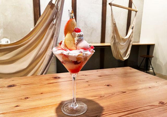 滑川市のお洒落カフェ「hammock cafe Amaca」の桃杏仁パフェ