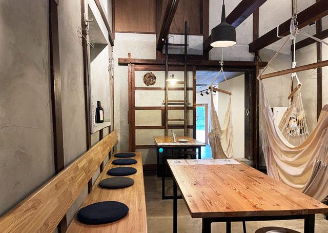 滑川市のお洒落カフェ「hammock cafe Amaca」のテーブル席