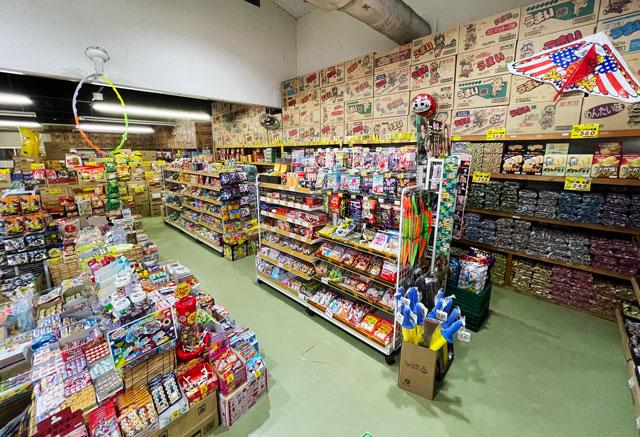 滑川市の駄菓子屋「菓子問屋はせがわ」の店内2
