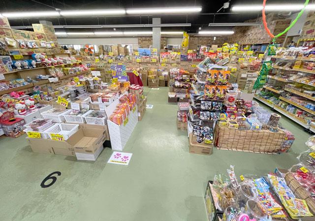 滑川市の駄菓子屋「菓子問屋はせがわ」の店内