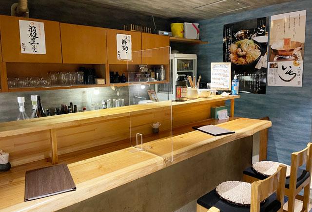 富山市桜木町の居酒屋「人と酒 いち」のカウンター席