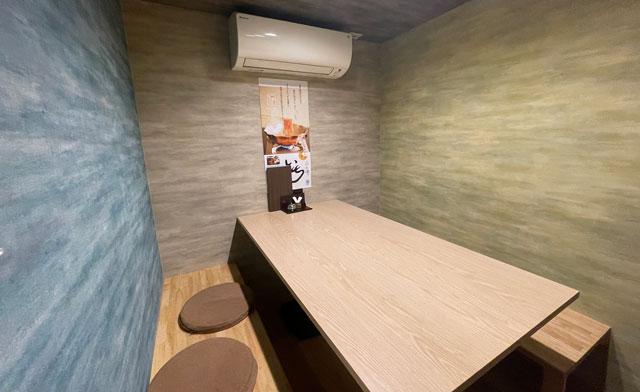 富山市桜木町の居酒屋「人と酒 いち」のテーブル席
