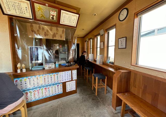 富山市豊田の老舗格安かき氷「いも屋」の店内の様子