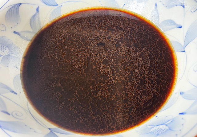 麺屋いろはの富山ブラックラーメン袋麺の真っ黒なスープ