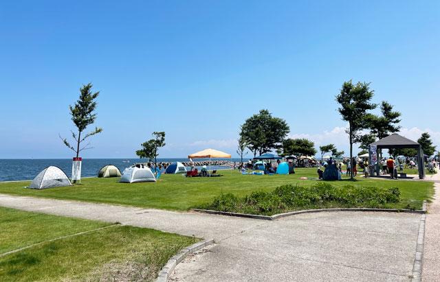 富山県射水市の海老江海浜公園・海水浴場の芝生広場