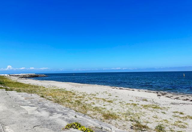 富山県富山市の浜黒崎海水浴場の砂浜ビーチの眺め