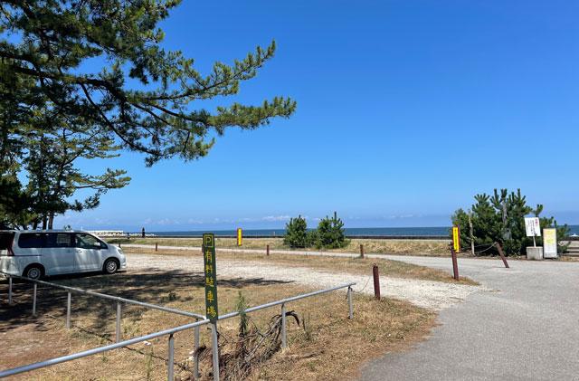 富山県富山市の浜黒崎キャンプ場の有料駐車場