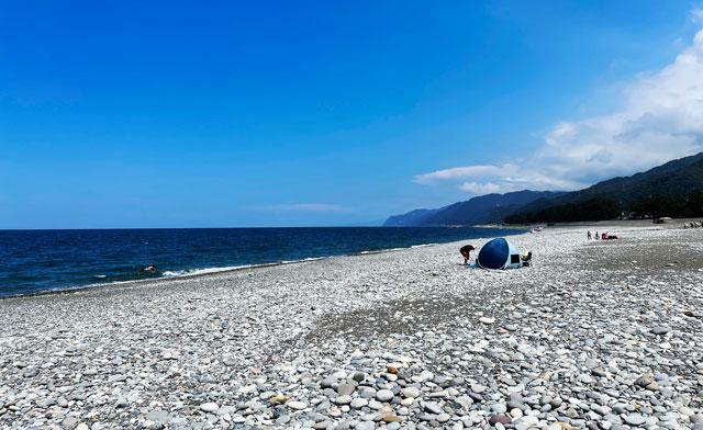 富山県朝日町のヒスイ海岸の石ビーチ
