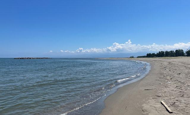 富山県富山市の岩瀬浜海水浴場の砂浜ビーチ