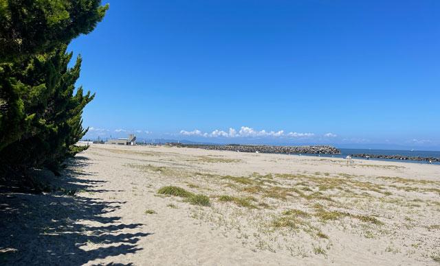 富山県富山市の岩瀬浜海水浴場の広大な砂浜ビーチ