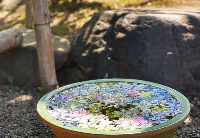 富山県射水市の櫛田神社の本殿の入口横の瓶