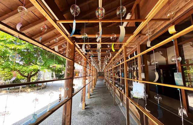 富山県射水市の櫛田神社の風鈴トンネル