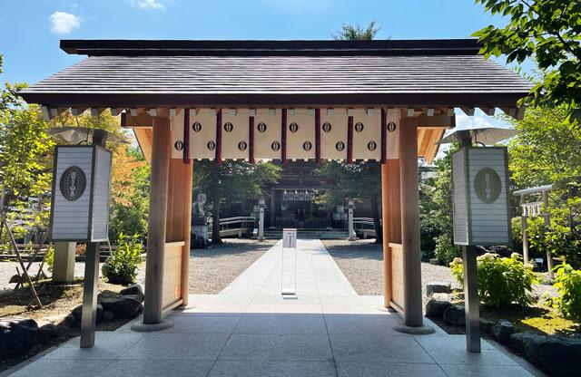 富山県射水市の櫛田神社の本殿の入口