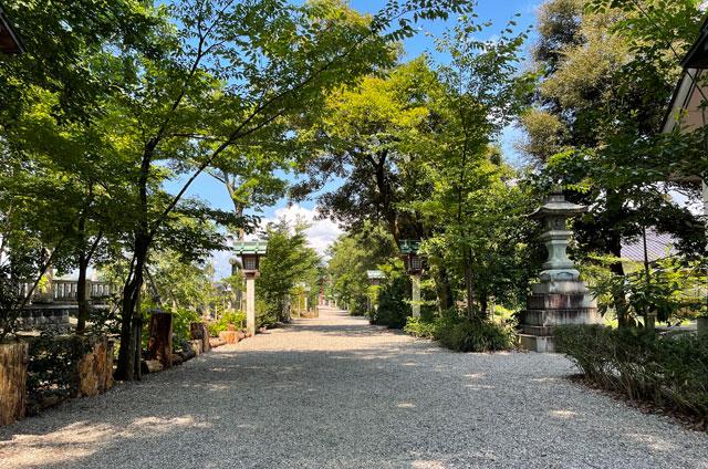 富山県射水市の櫛田神社の長い境内
