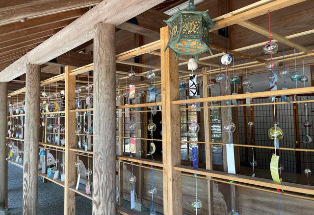 富山県射水市の櫛田神社の風鈴トンネル(横から)