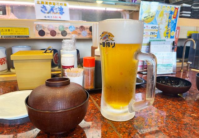 富山県の回転寿司「祭ばやし」の生ビール